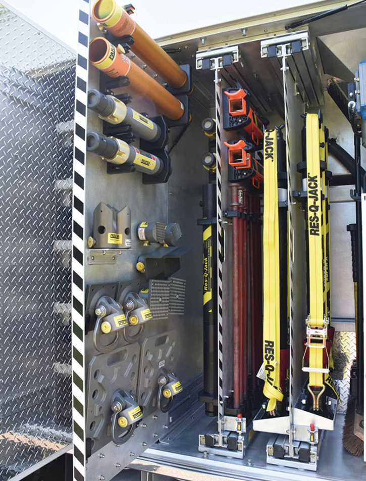 The rig carries Paratech Gold and Gray struts, Res-Q-Jacks, and interchangeable attachments and extensions on slide-out boards in the L4 compartment.