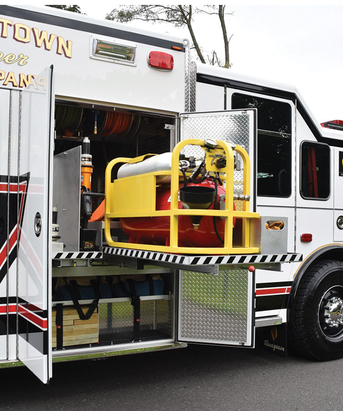 The L1/R1 transverse compartment holds a TRI-MAX 30 CAFS on a slide-out tray on the right side.
